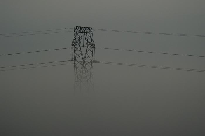 Pilône dans la brume